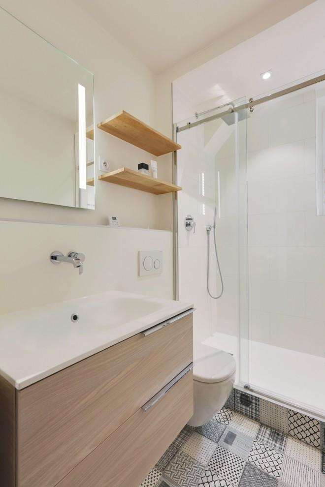 Prateleiras acima do vaso sanitário em banheiros pequenos