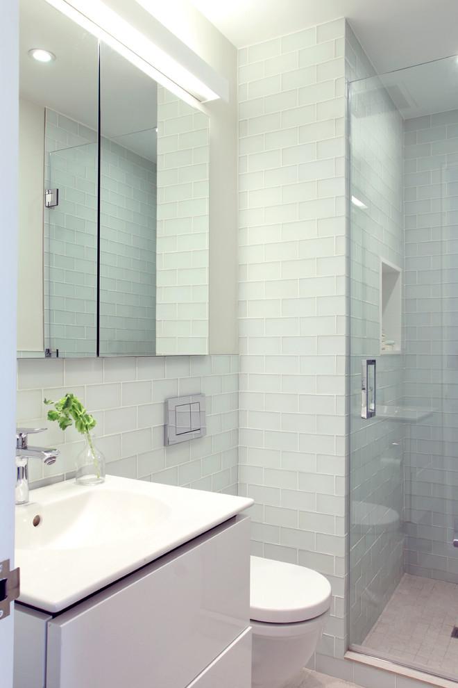 Iluminação acima do espelho para banheiros pequenos