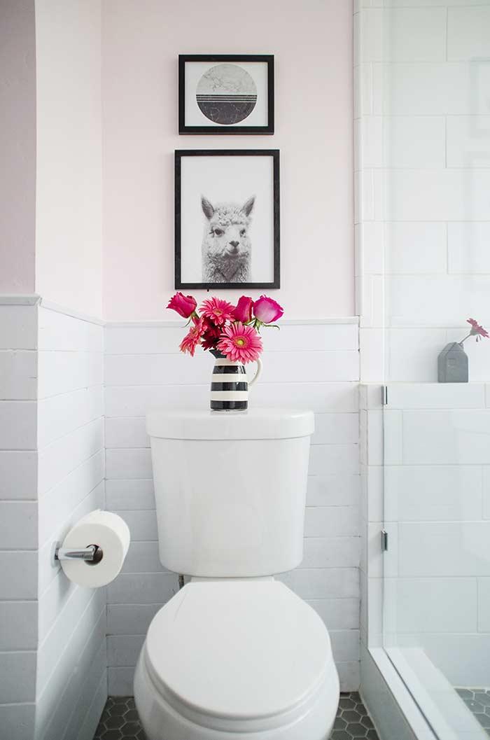 Decoração acima do vaso sanitário