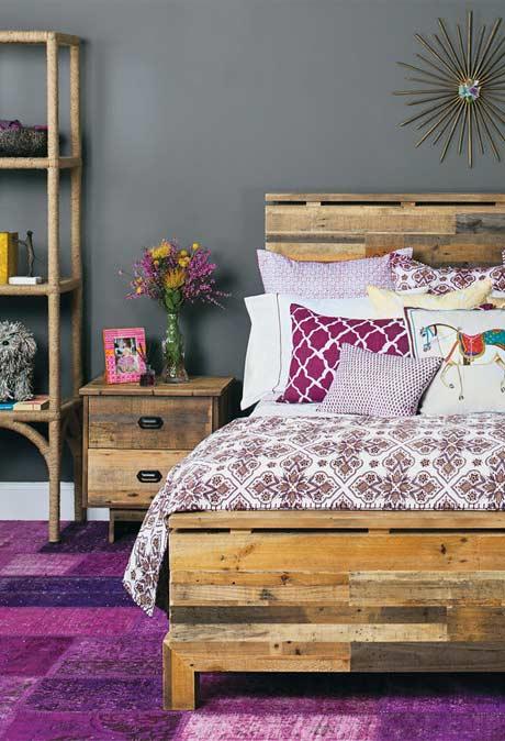 Cama e móveis de madeira reutilizada
