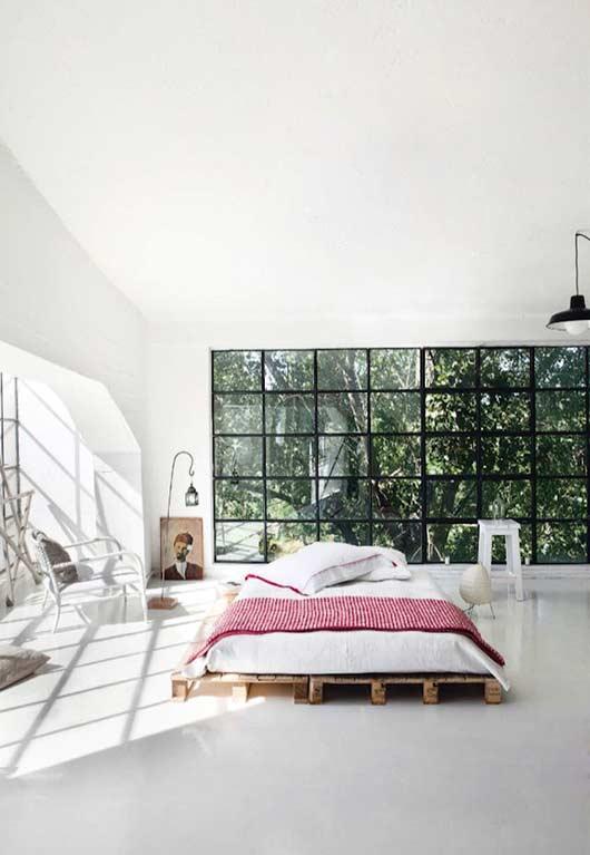 Uma cama baixinha e minimalista