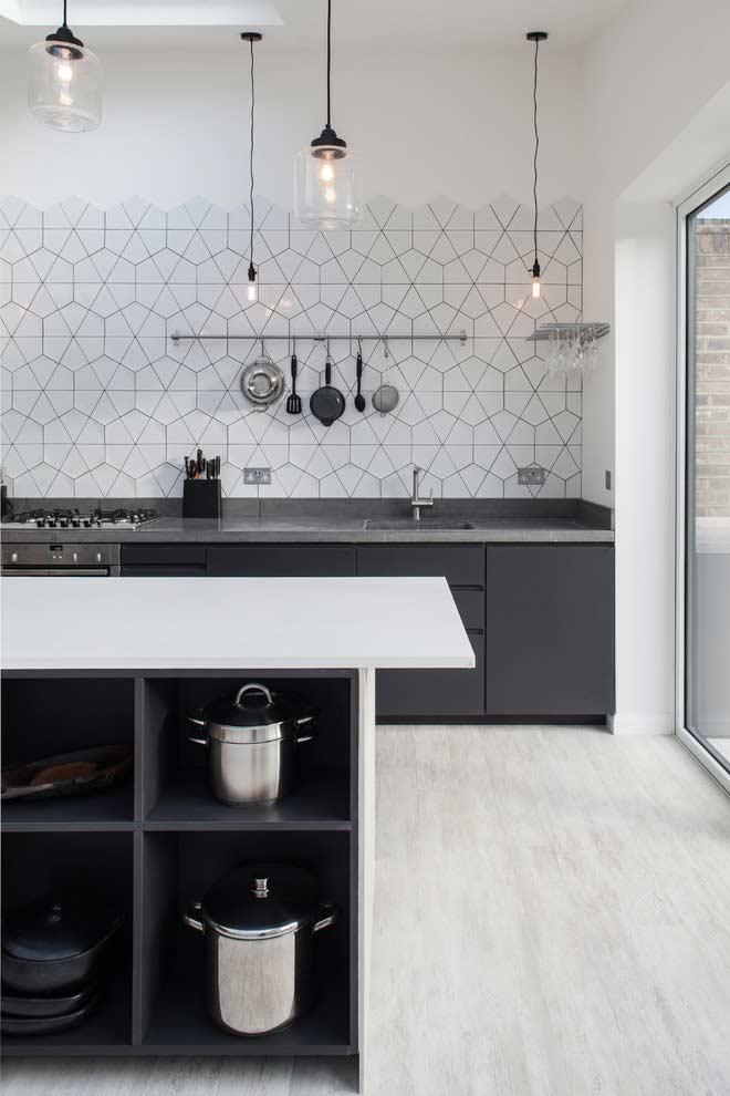 Cozinha planejada com ilha cheia de nichos