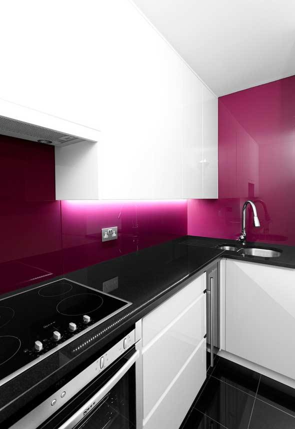 Iluminação diferenciada no armário da cozinha planejada