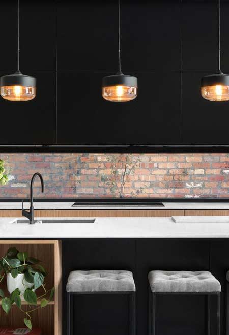 Cozinha planejada urbana com parede de tijolos industrial