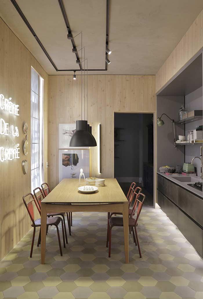 Mesa longa para preparar alimentos e fazer refeições