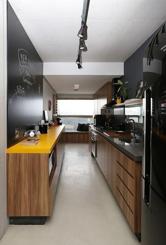Cozinha corredor com área de descanso