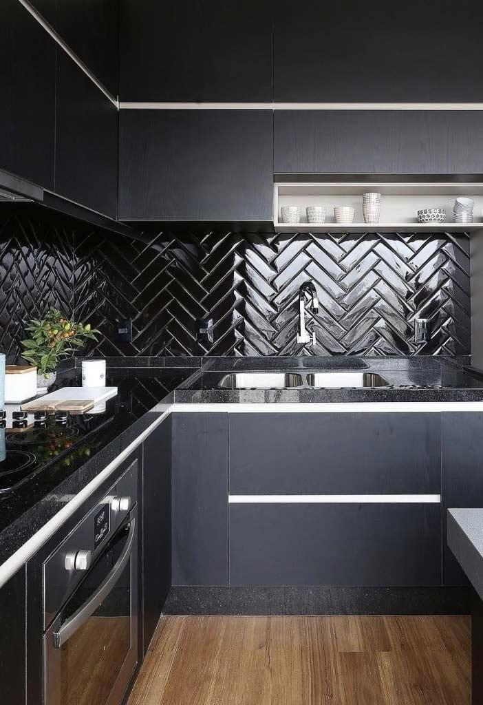 Cozinha planejada preta com detalhes brancos