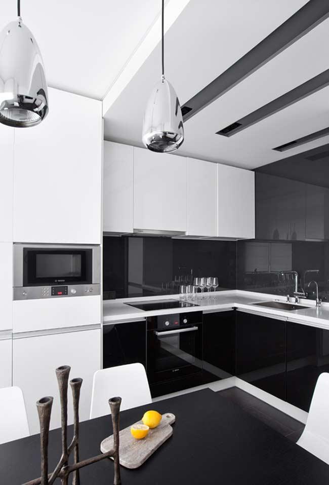 Cozinha planejada monocromática