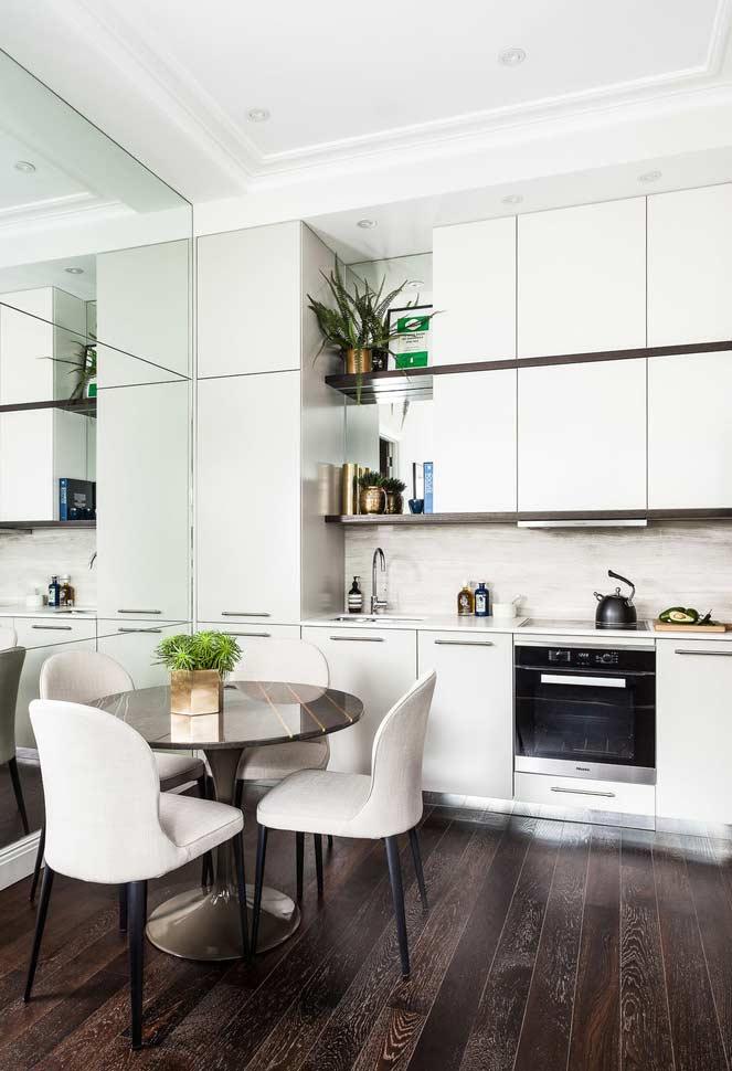 Para cozinhas pequenas, espelhos abrem o ambiente