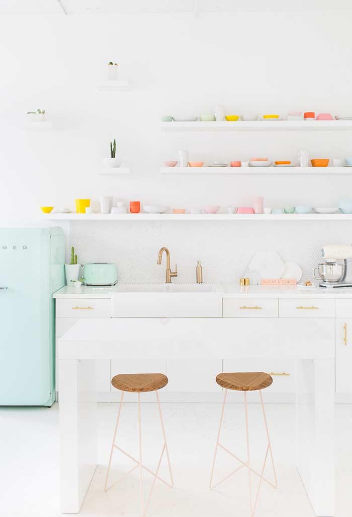 Cozinha baixa com decoração artística
