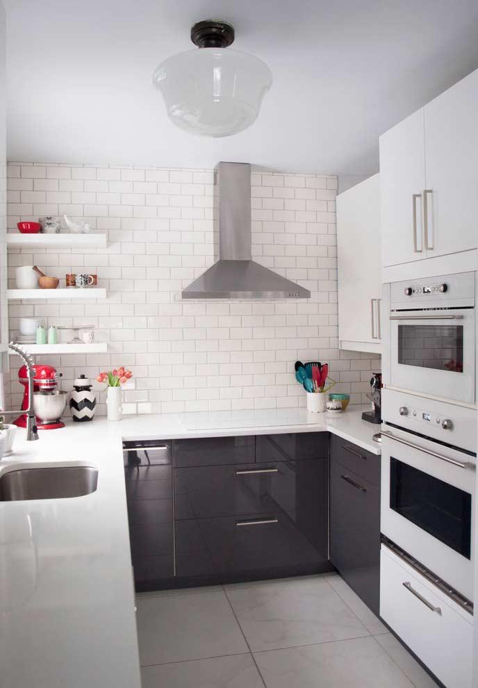 Prateleiras no encontro de paredes na cozinha planejada