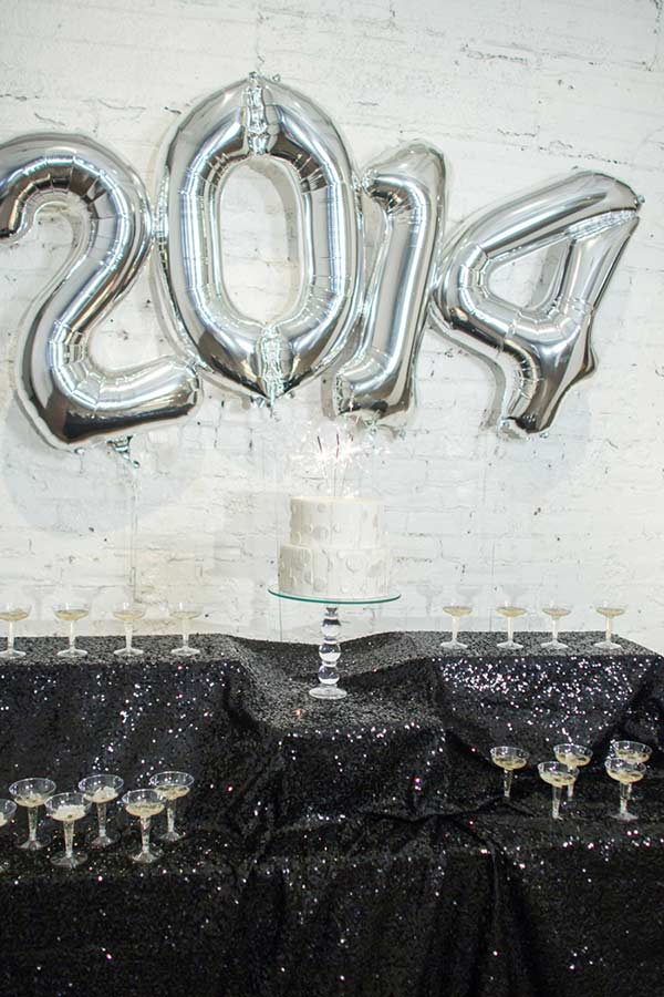 Balões metalizados formam o ano que esta por vir