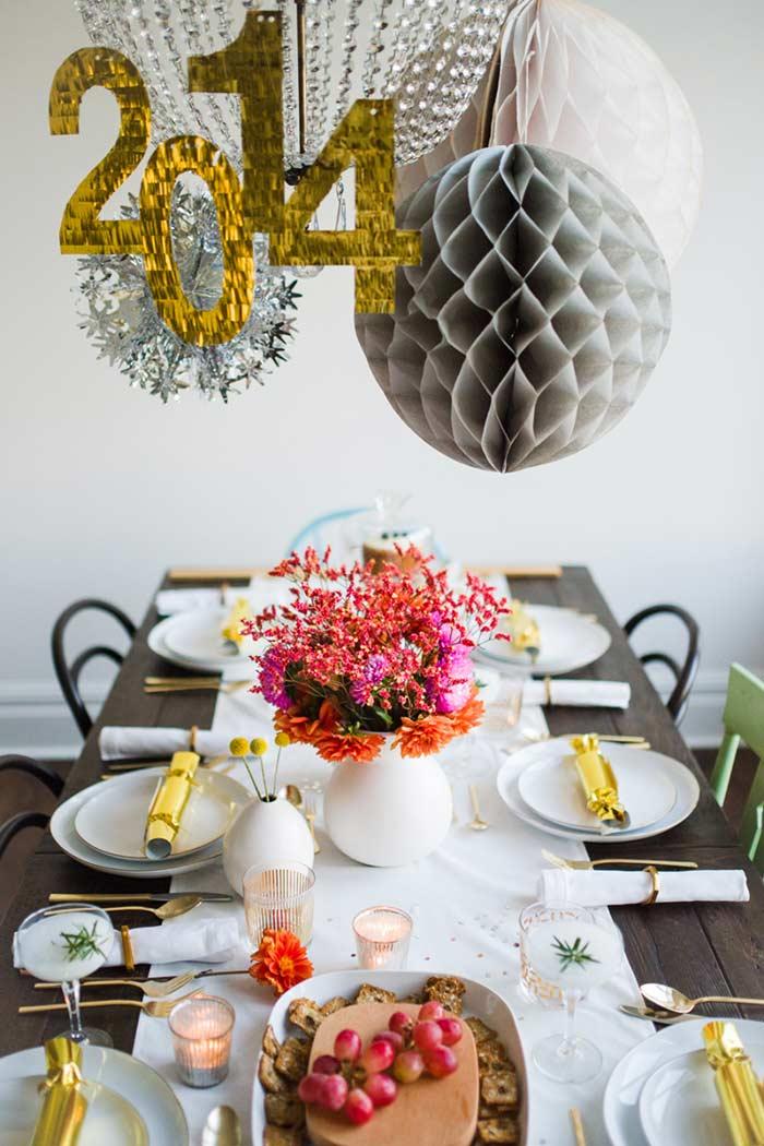 Mesa decorada para festa de ano novo e Revéillon