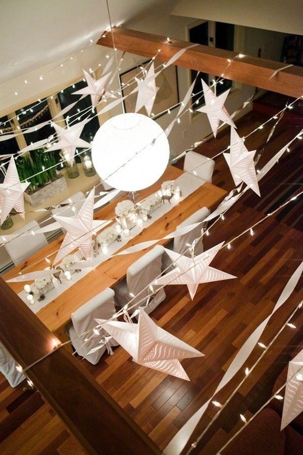 Cortina de luzes e estrelas penduradas para a decoração de ano novo