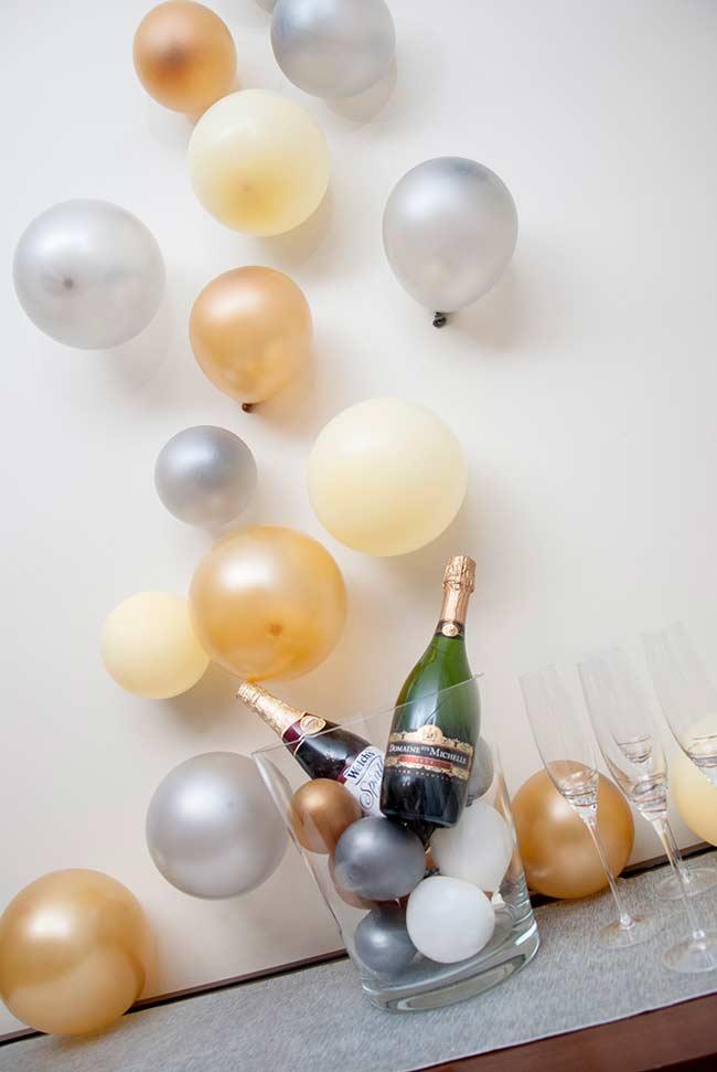 Aproveite que balões murchos imitam bolhas de espumante e pendure-os no cantinho das bebidas