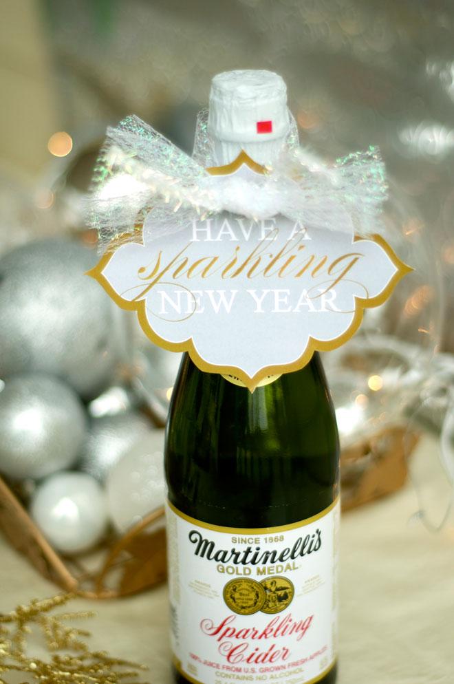 Garrafas para festa de ano novo decoradas com pequenas mensagens