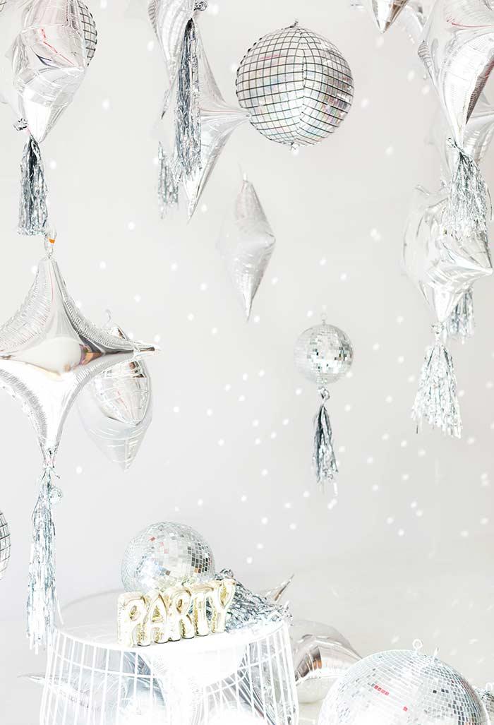 Decoração de ano novo com a cor prata