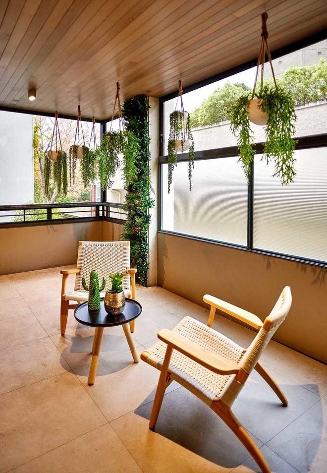 Com coluna e vasos pendentes (jardim vertical)