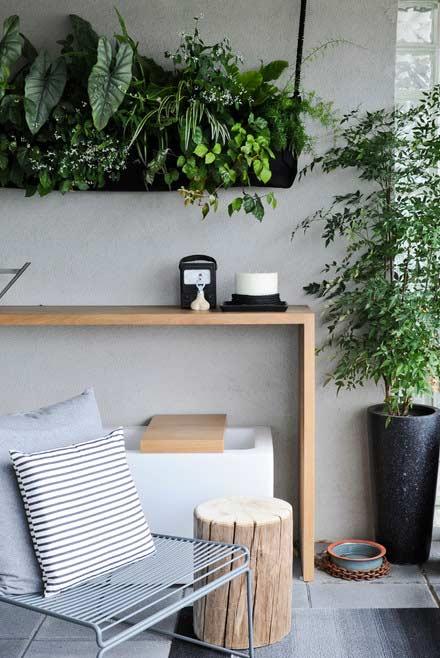 Suspenda parte das plantas para ganhar espaço no jardim vertical