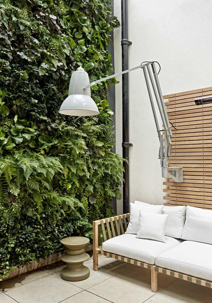 Canto de leitura ao ar livre com jardim vertical