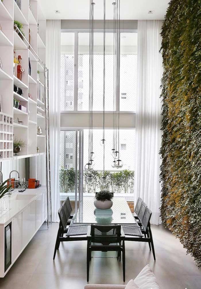 Jardim vertical em ambiente com pé direito alto