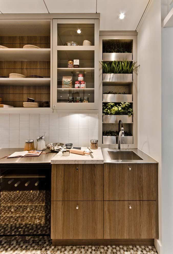 Prateleiras integradas no armário da cozinha