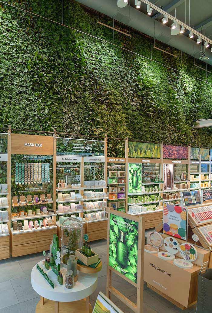 Decoração verde para lojas de cosméticos