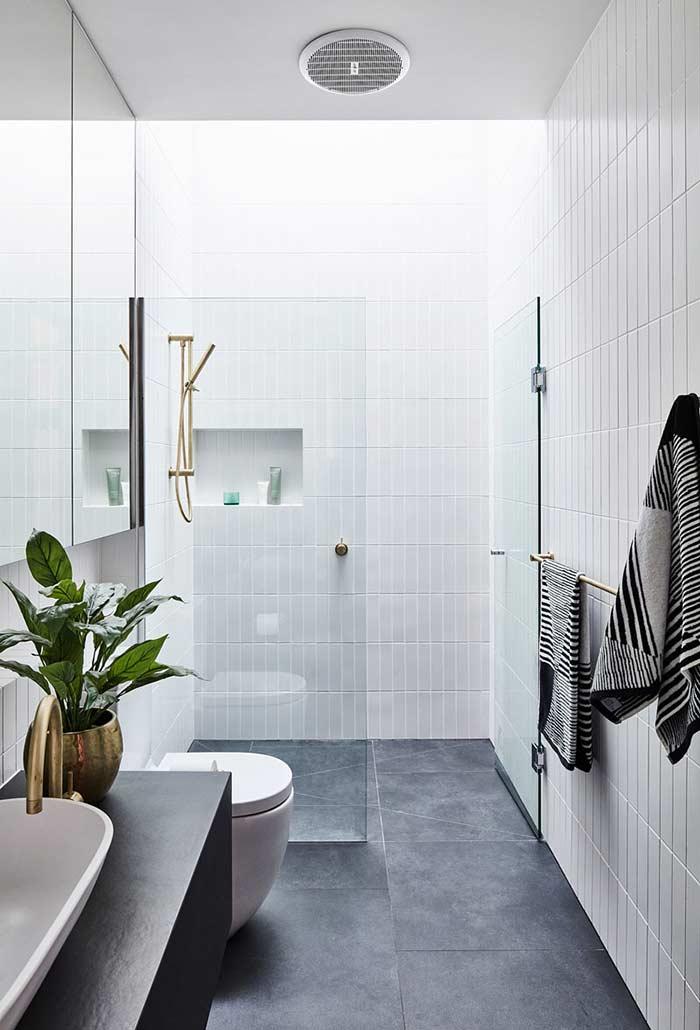 Banheiro preto e branco clean e moderno