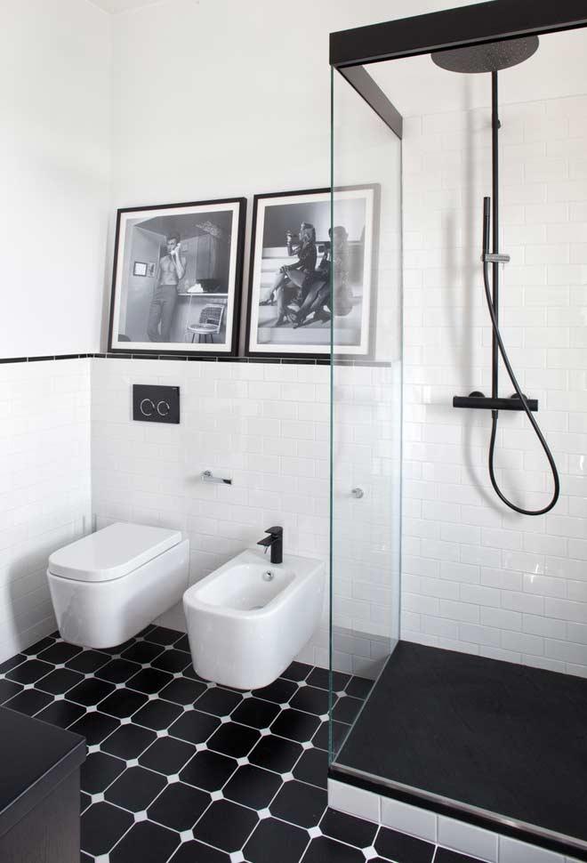 Banheiro preto e branco com azulejos subway tiles