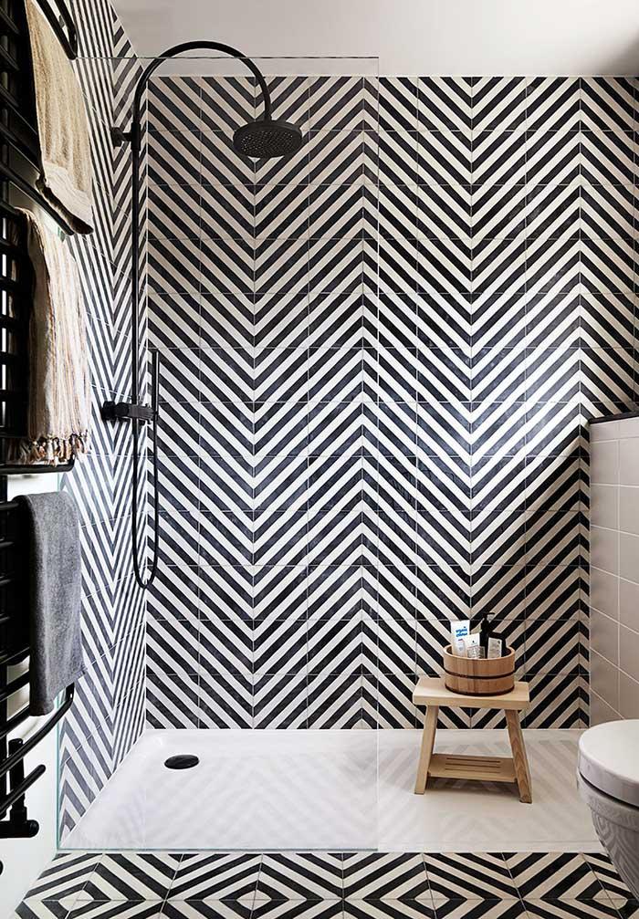 Formas geométricas em banheiro preto e branco