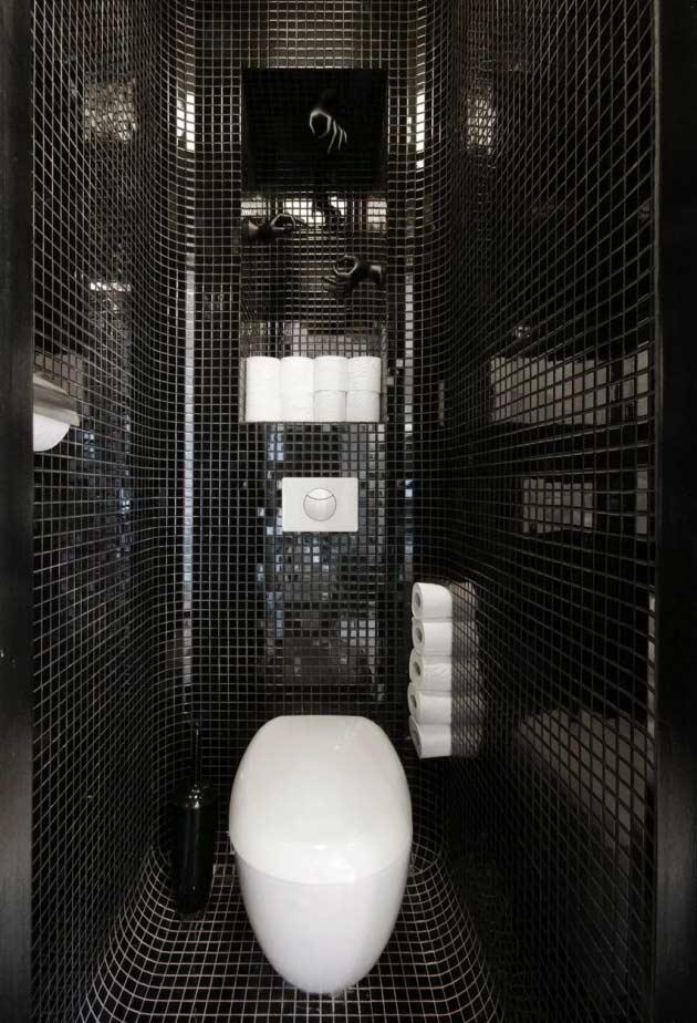 Banheiro preto e branco com pastilhas