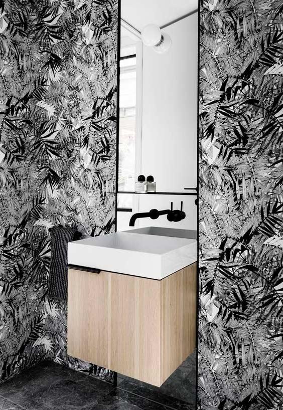 Estampas naturais no banheiro preto e branco