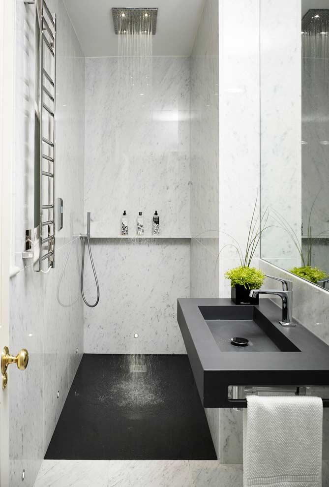 Banheiro preto e branco com chuveiro de teto