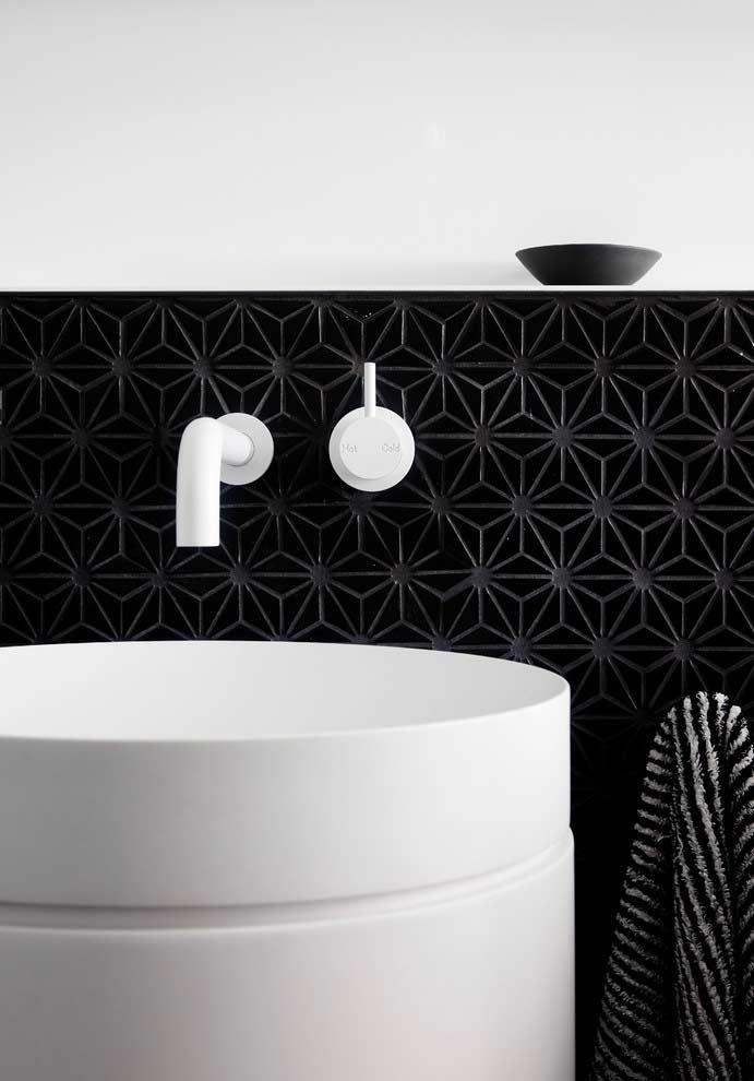 Meia parede em banheiro preto e branco