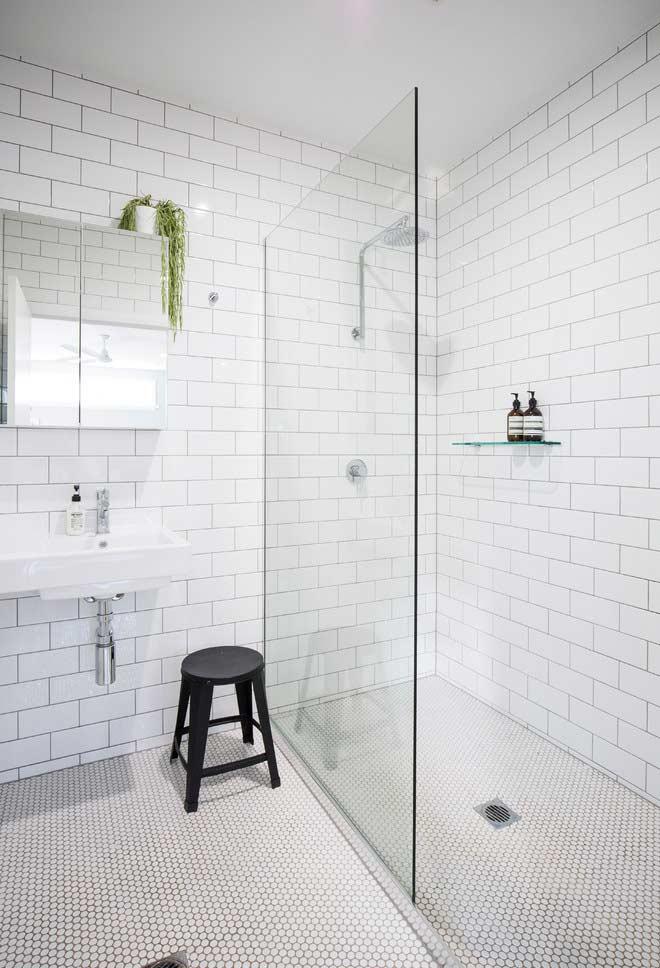 Subway tiles em banheiro preto e branco
