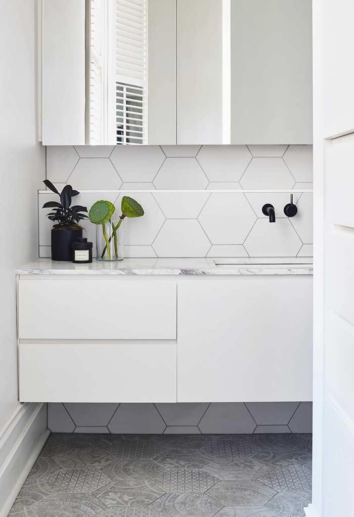 Banheiro preto e branco com pastilhas hexagonais