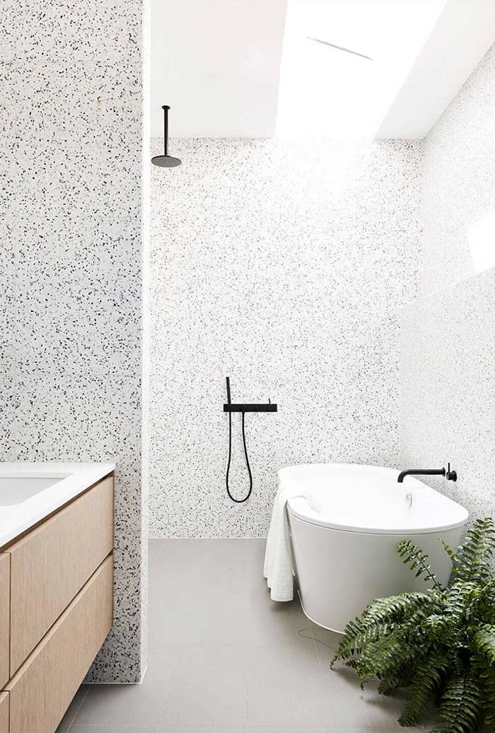 Banheiro preto e branco claro