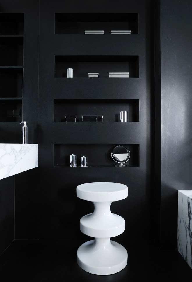 Banheiro com revestimento preto nas paredes