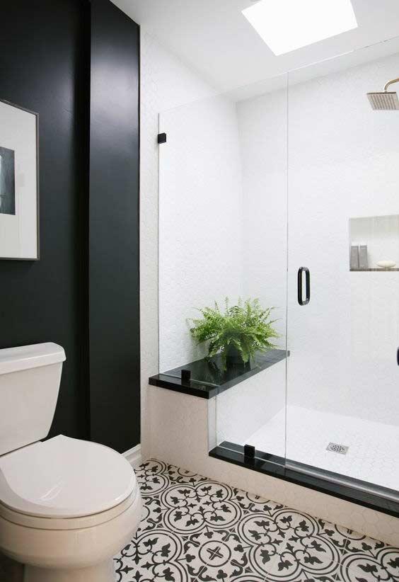 Ladrilho hidráulico com estampa retrô em banheiro preto e branco