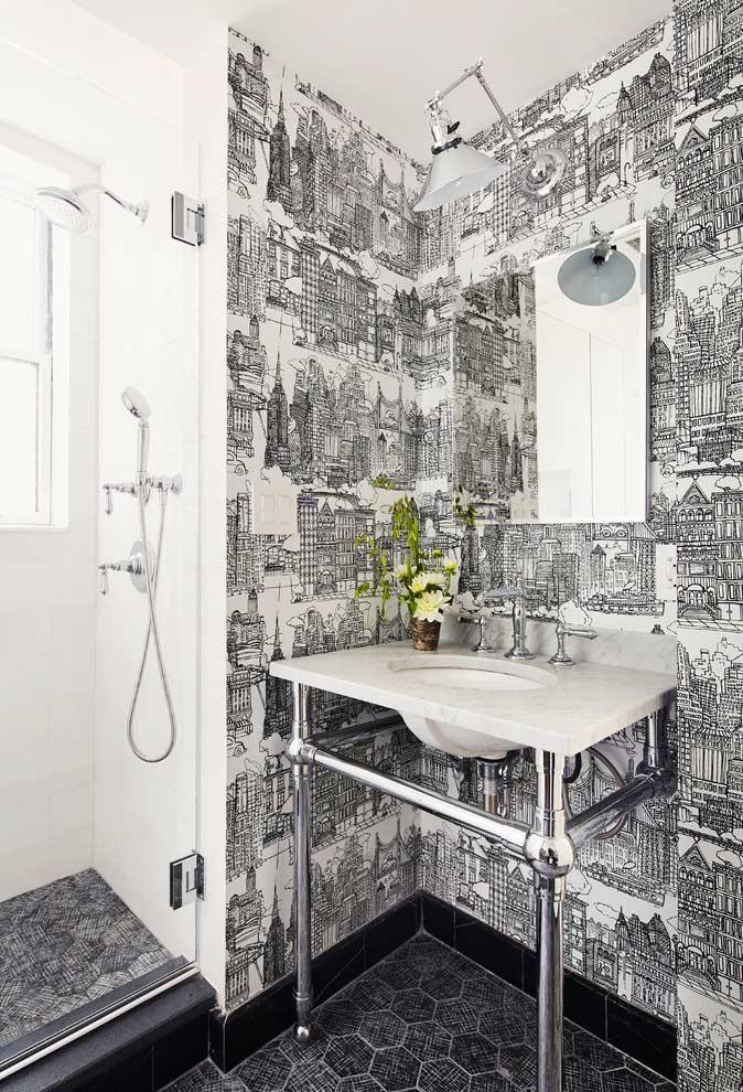 Banheiro preto e branco com estampa urbana