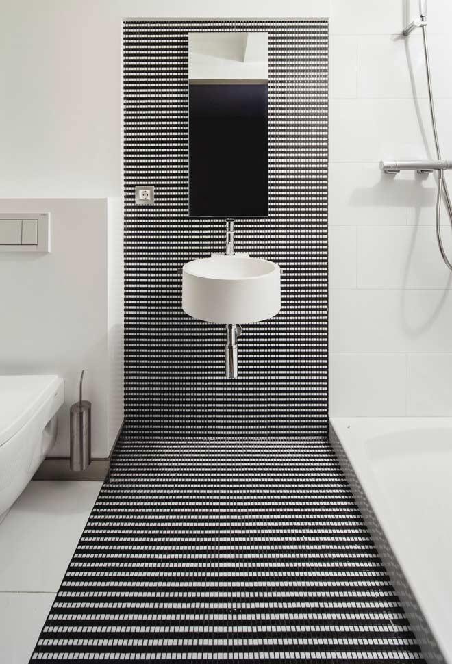 Ponto de interesse geométrico dentro do seu banheiro preto e branco