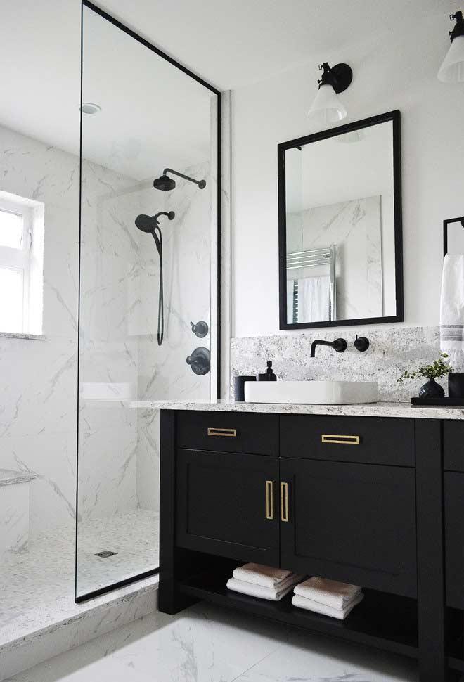 Banheiro preto e branco com mármore