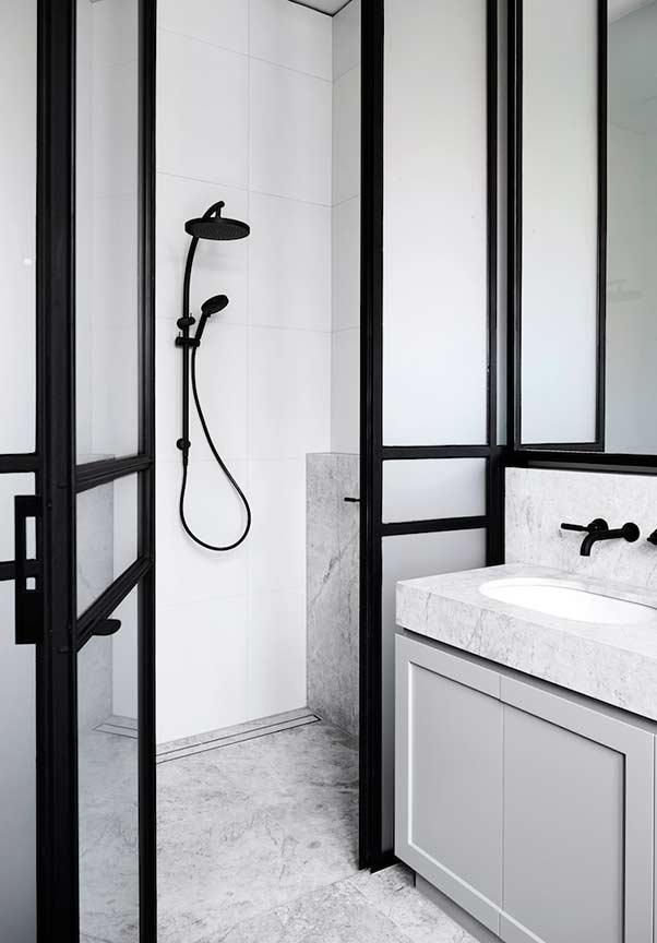 Banheiro preto e branco com pedras