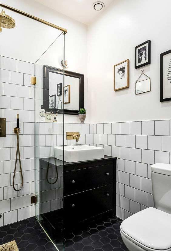 Traga cor a um banheiro preto e branco