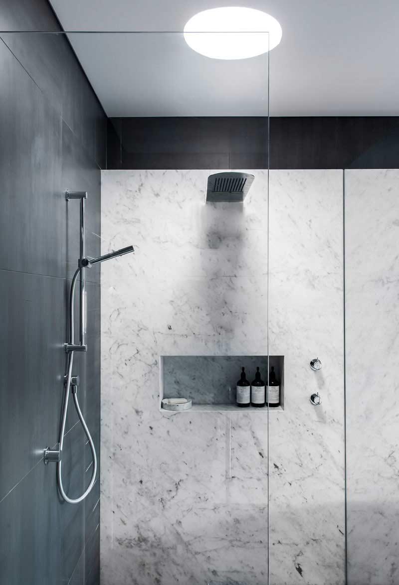 Mármore: um revestimento luxuoso para um banheiro preto e branco