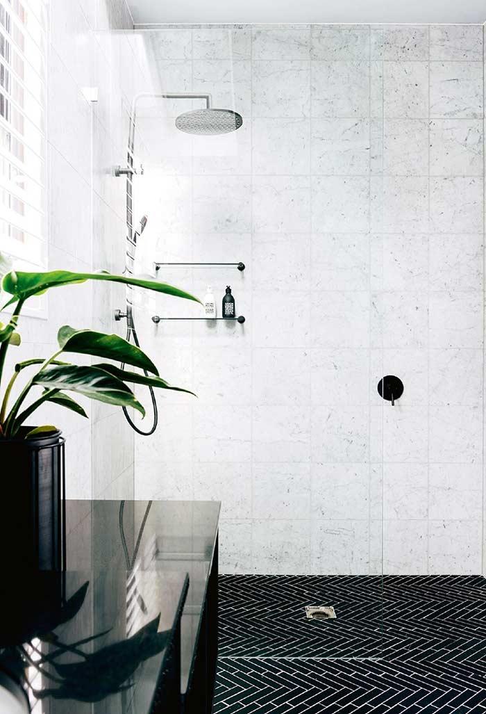 Banheiro preto e branco com planta