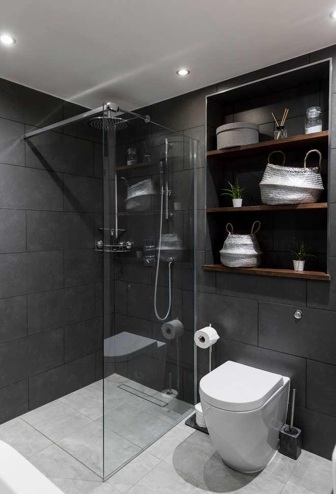 Banheiro preto e branco com nichos na parede