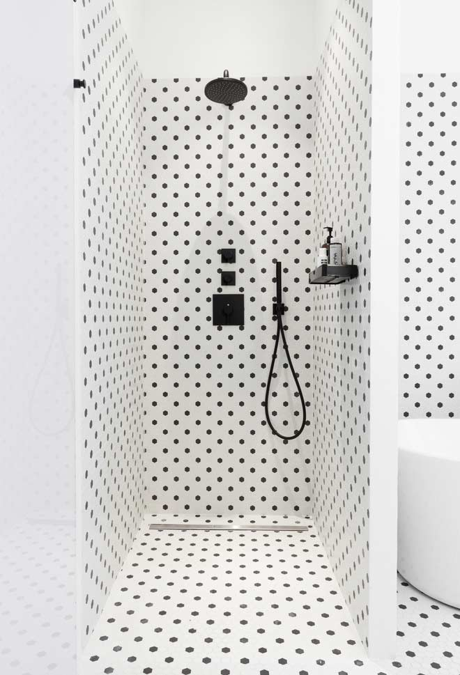 Mix retrô em banheiro preto e branco