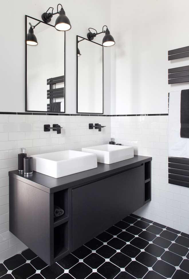Tudo em dobro para dar mais conforto a um banheiro duplo