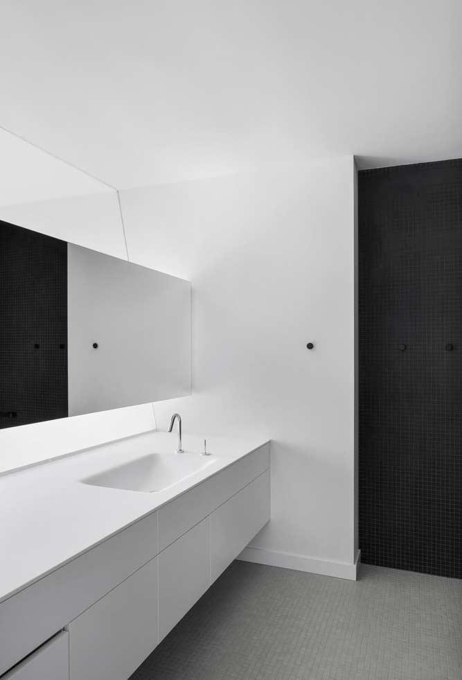 Preto e branco em um jogo de sombras e espelhos
